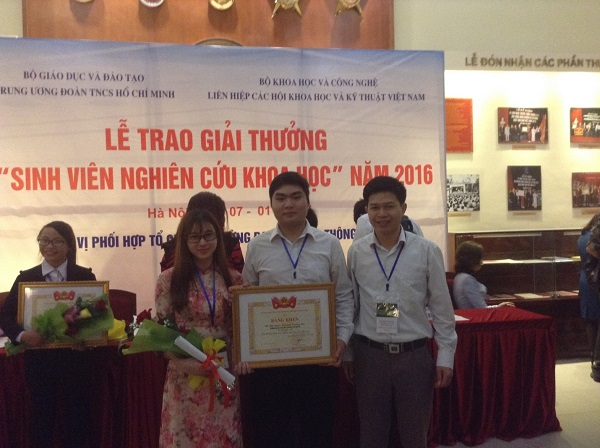 Dr. Nguyen Van Hao and a group of students on scientific research who garnered second prize.